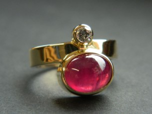 Goldring mit Rubin & Brillant
